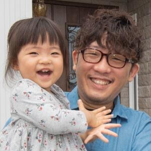 娘を抱っこするオーナー清水智章のプロフィール画像